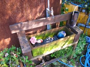 入口の水汲み場