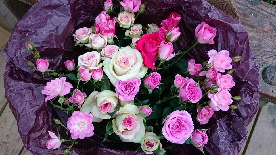 結婚記念日に バラの花束で奥様へのサプライズ