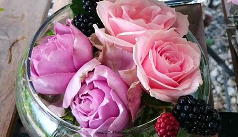 バラの花首だけを挿しても素敵です。