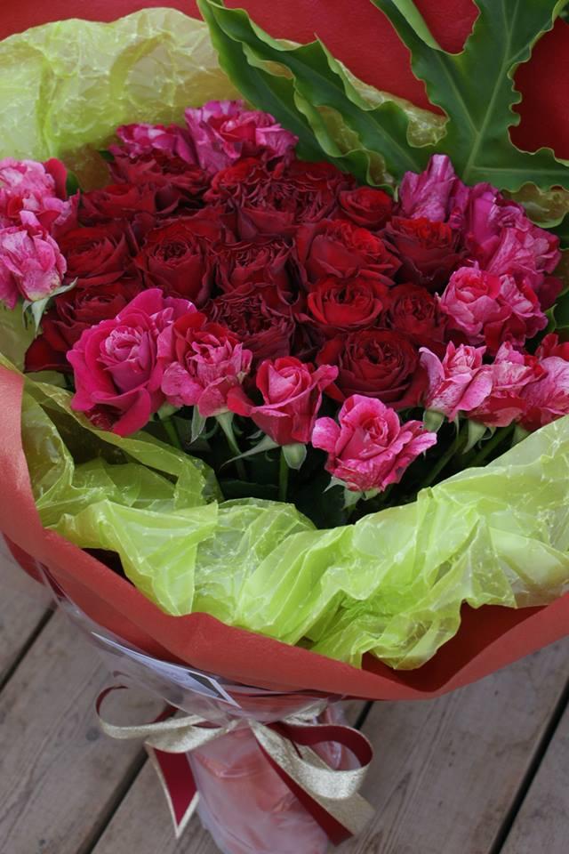 還暦のお母さまへの赤系ブーケ風花束
